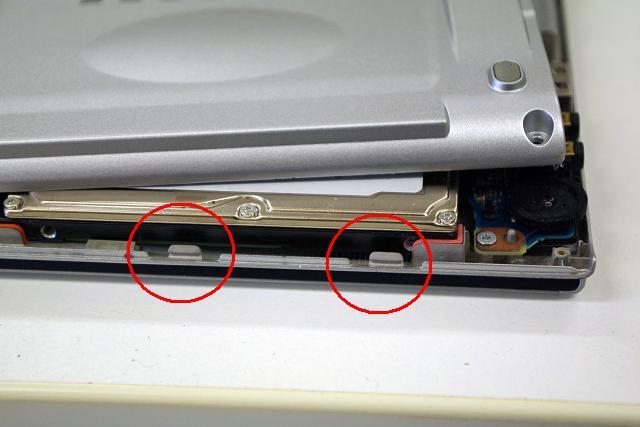 右下2箇所に爪がありますのでここはマイナスドライバー等で押してはずしましょう。