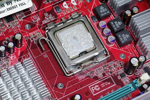 Pentium4が現れた!! 白いのはグリスです。これは既製品なので!?ちゃんと塗られています。