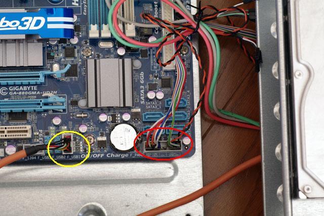 ケースのスイッチ類とマザーボードを接続します。