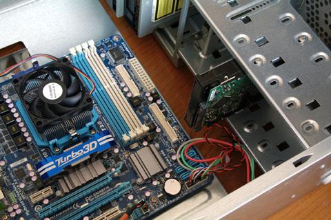 最小構成なのでWindows起動用ハードディスクとDVDドライブを取付。。