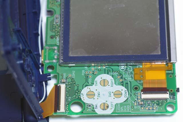 左下に上画面と繋がるコネクターがありますね。ここ注意です。