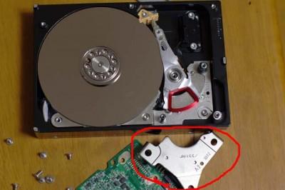 ハードディスクの解体中です。