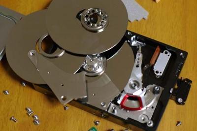 ハードディスクの分解がかなり進みましたね
