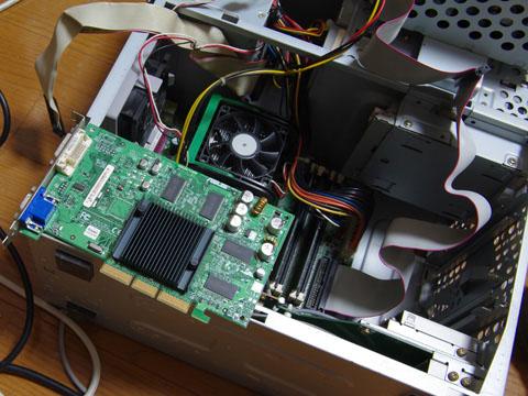 PCV-RZ53のビデオカード ASUS V9520/128Mの表記が見えます