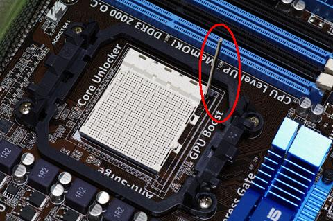 AMD CPUの取付、レバーを上げておきます。