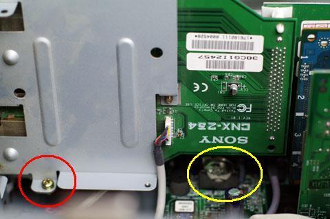 黄丸に電池が見えますが、基板が邪魔で取れないので赤丸のネジを外しましょう。