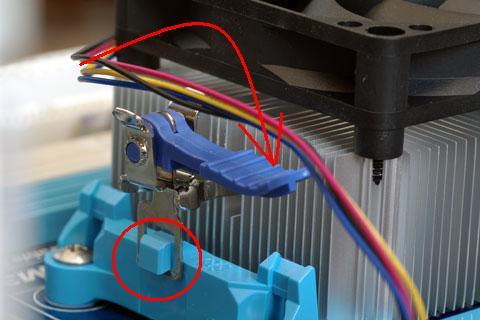 CPUファンはまず下の爪に引っかけた後、上のレバーを矢印方向に動かすことで固定できます。