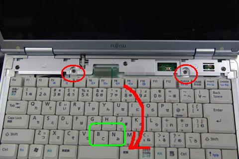 赤丸のネジ2本を外すと、矢印方向へキーボードを動かせます。